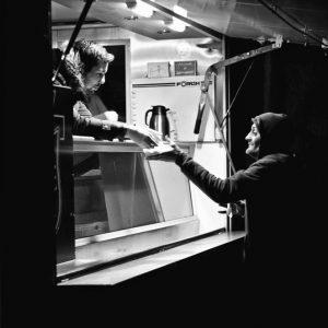 Ein Mann erhält am Wagen der Heilsarmee Dresden ein warmes Essen. Foto: Reiko Fitzke / rficture.com